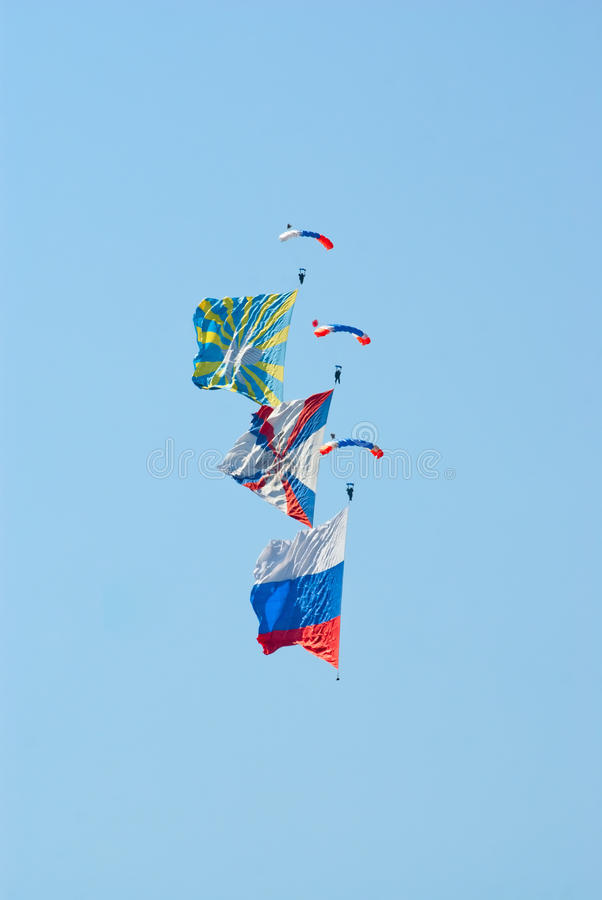 Skydivers avec des indicateurs photos libres de droits