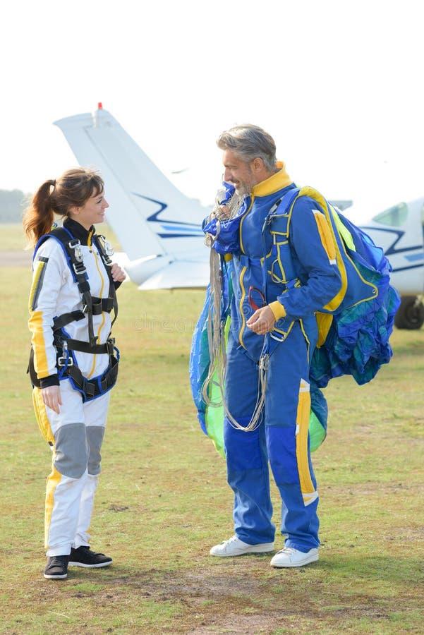 Skydivers, die ein Gespräch haben stockfotografie