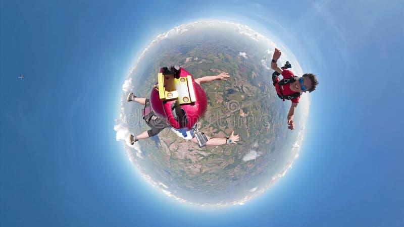 Skydivers, die kleine Planetenansicht des Spaßes haben lizenzfreies stockbild