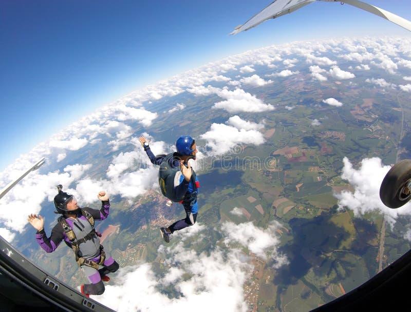 Skydivers die uit vliegtuig, binnenmening springen royalty-vrije stock afbeeldingen