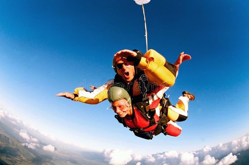 Skydivers en tándem en la acción