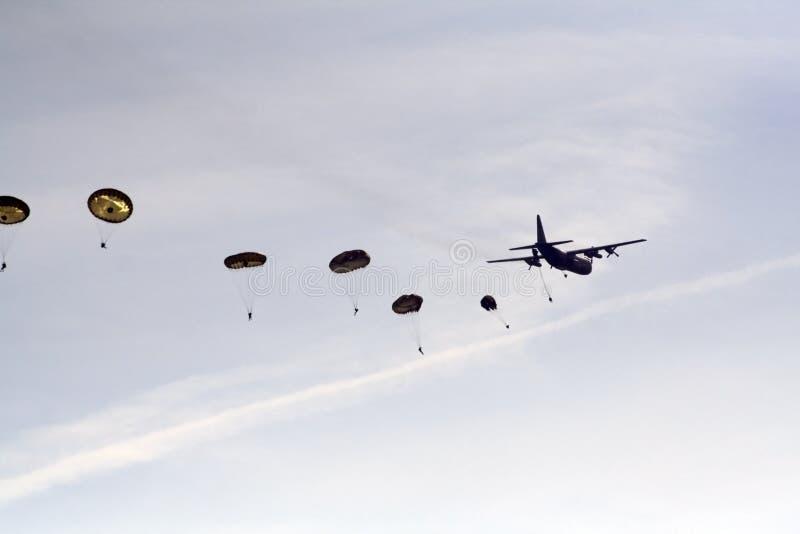 Skydivers et avion de hercule images libres de droits
