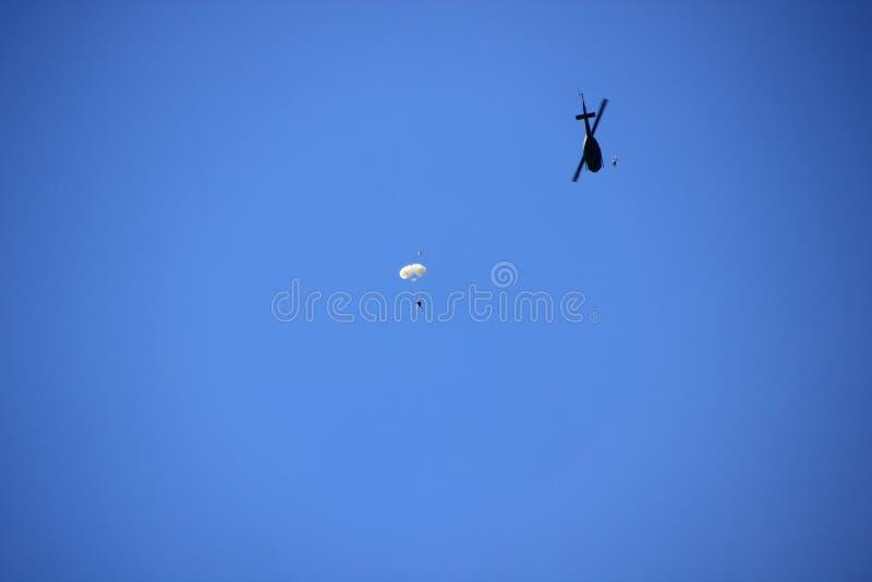 Skydivers hoppar från avbrytaren arkivbild
