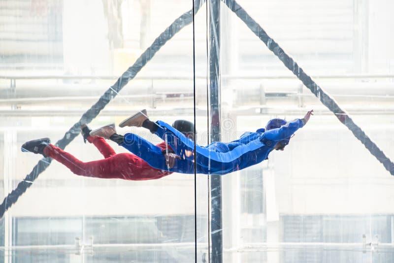 Skydivers i den inomhus vindtunnelen, fritt fallsimulator royaltyfria bilder