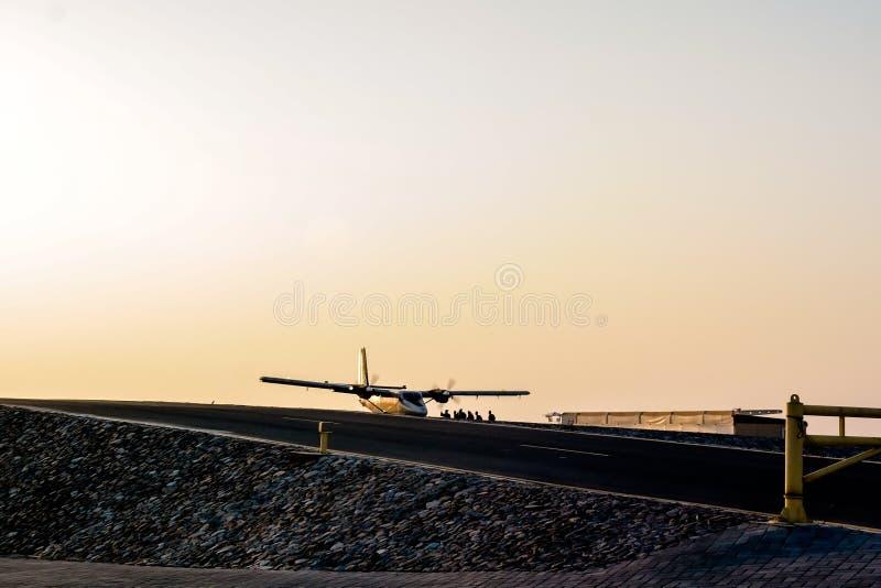 Skydivers que se preparan para lanzarse en paracaídas de un avión en Dubai imagenes de archivo