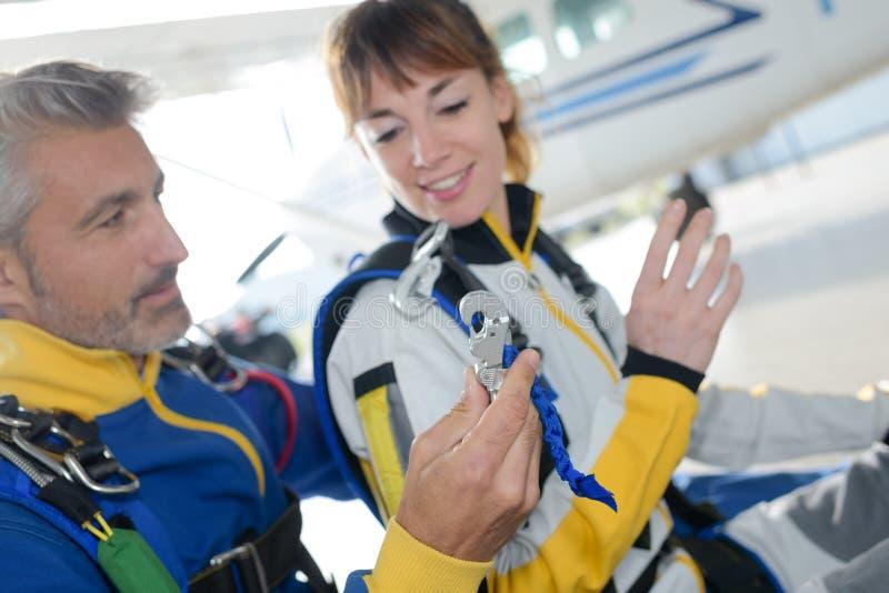 Skydivers som förbereder det near hoppa med fritt fall flygplanet för hopp royaltyfri foto