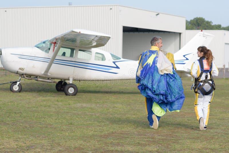 Skydivers som förbereder sig att hoppa arkivfoto