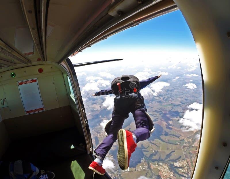 Skydiversprong uit vliegtuig royalty-vrije stock afbeeldingen