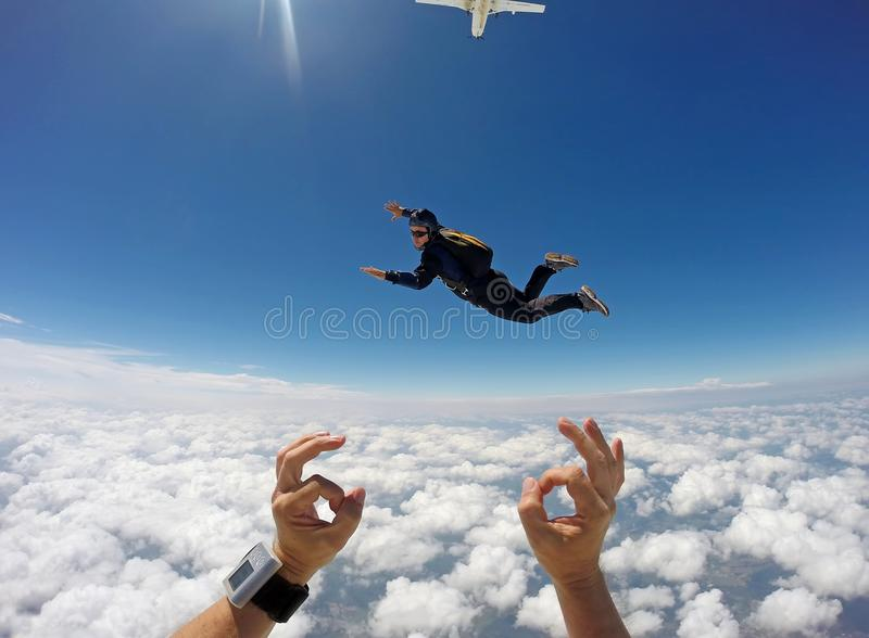 Skydiving纵排云彩天 库存照片