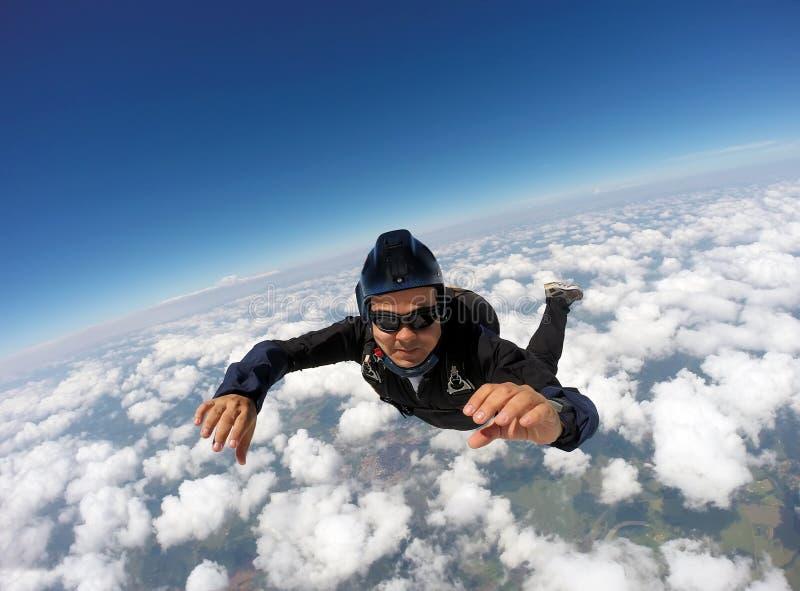 Skydiving纵排云彩天 免版税库存照片