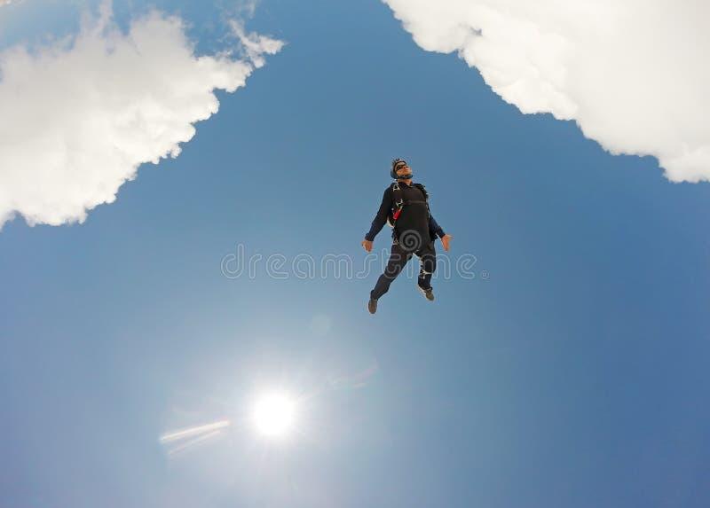 Skydiving纵排云彩天 免版税库存图片