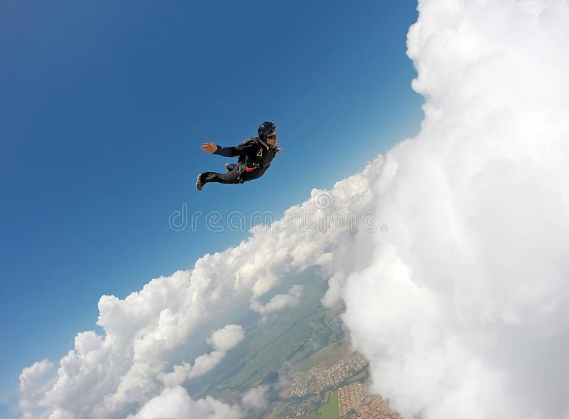Skydiving纵排云彩天 图库摄影