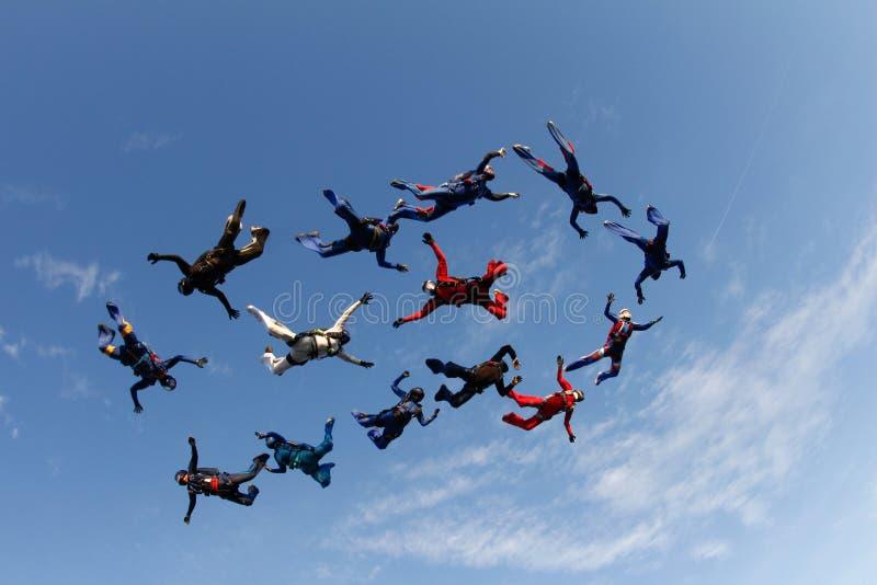 skydiving Группа в составе падая люди в голубом небе стоковое изображение