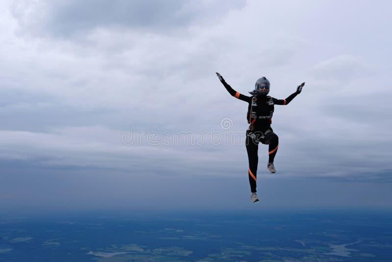 skydiving Ładna dziewczyna jest w niebie zdjęcie stock