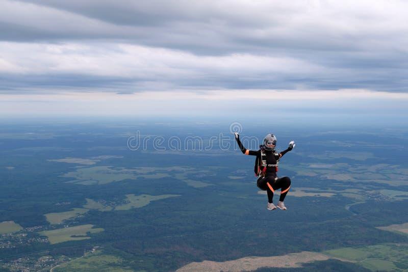 skydiving Ładna dziewczyna sitiing w niebie obraz stock