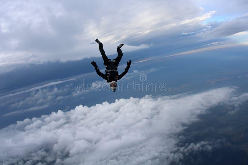 skydiving Το Skydiver πέφτει στο κεφάλι κάτω από τη θέση στοκ φωτογραφία με δικαίωμα ελεύθερης χρήσης