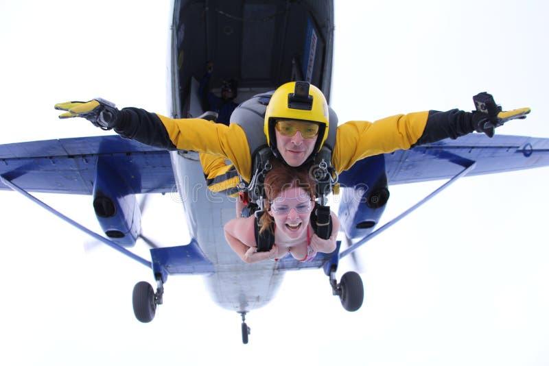 skydiving 一前一后跳出了 库存照片