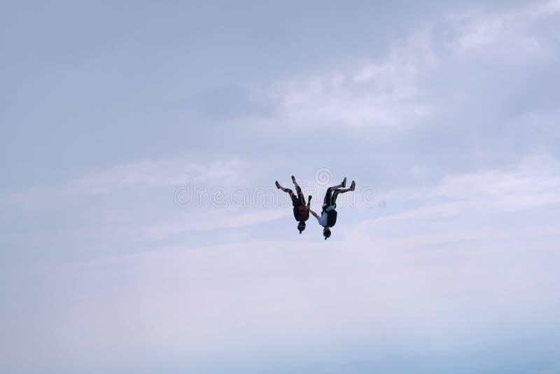 skydiving Due sportivi stanno volando nel cielo fotografie stock