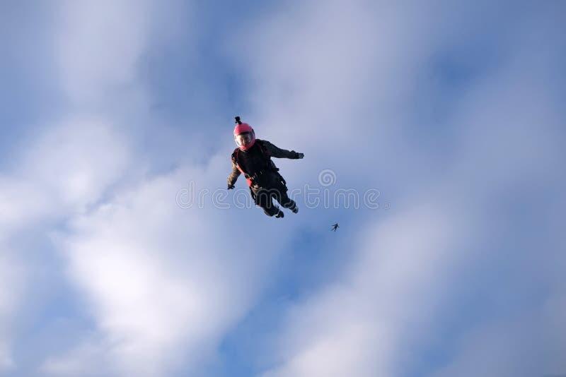 skydiving Dziewczyna lata w niebieskim niebie fotografia stock