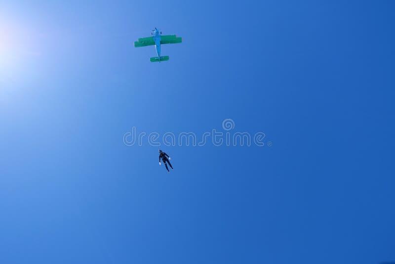skydiving Een sihouette van skydiver is in de bewolkte hemel royalty-vrije stock afbeelding