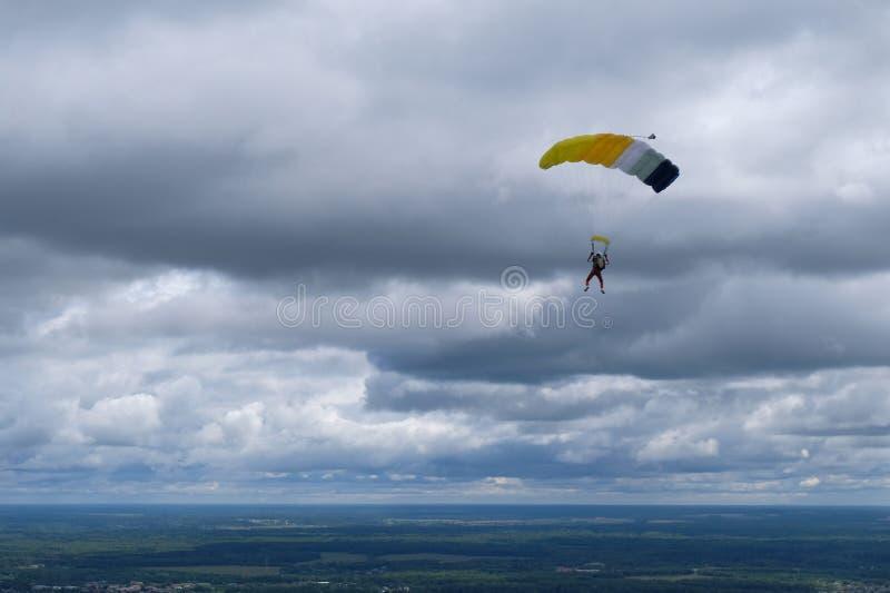 skydiving Een skydiver is in de bewolkte hemel stock foto