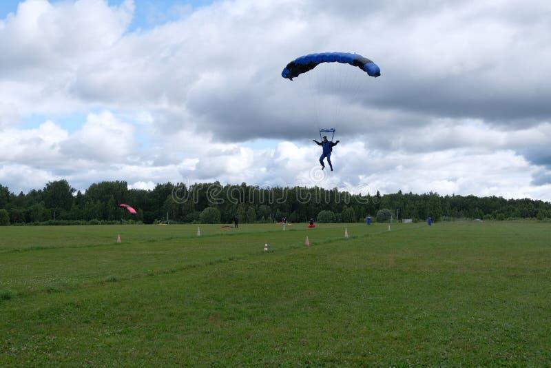 skydiving Een skydiver landt royalty-vrije stock afbeeldingen