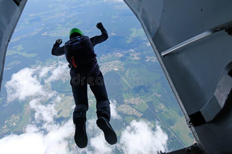 skydiving Een skydiver springt uit een vliegtuig stock foto's