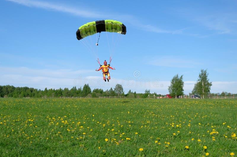 skydiving Ein Fallschirm ist im Himmel lizenzfreies stockbild