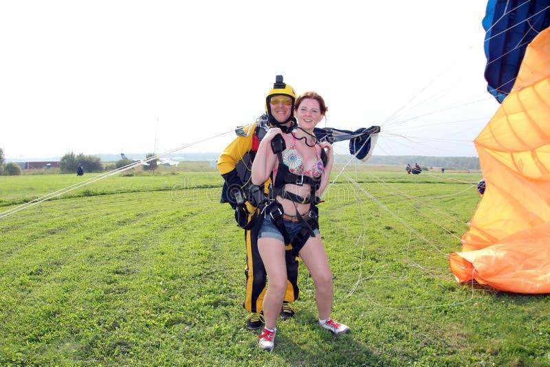 skydiving Em tandem apenas aterraram foto de stock royalty free