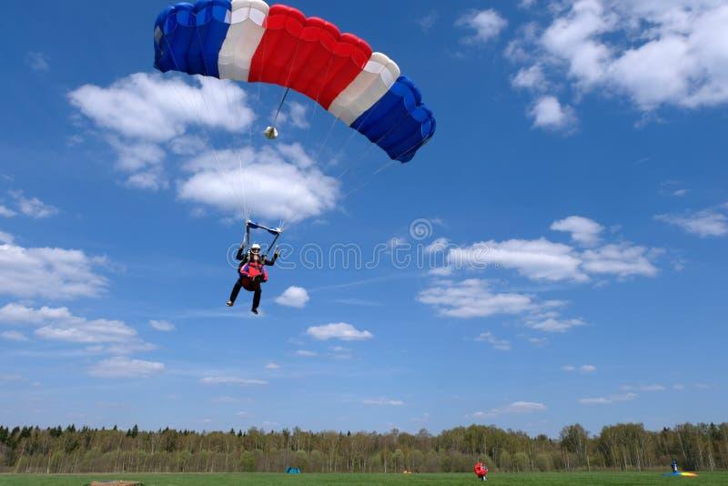 Skydiving het achter elkaar Twee gelukkige mensen landen stock foto's