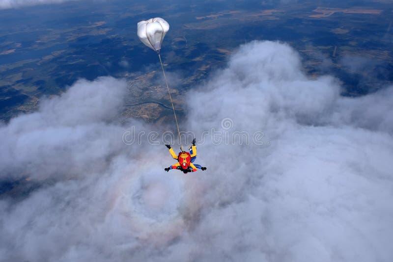 Skydiving het achter elkaar Twee sterke mensen zijn in de hemel royalty-vrije stock foto's
