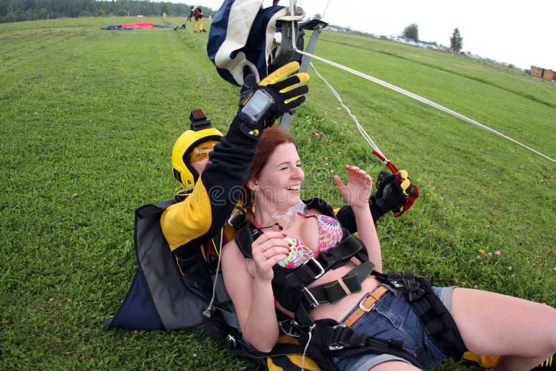 skydiving Le tandem a juste débarqué image libre de droits