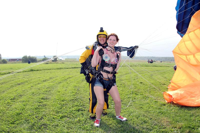 skydiving Le tandem ont juste débarqué photo libre de droits