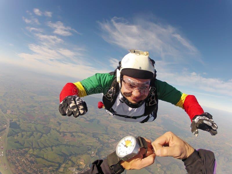 Download Skydiving pov стоковое изображение. изображение насчитывающей сторона - 97645423