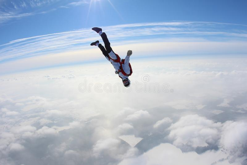 skydiving Skydiver valt boven wolken stock fotografie