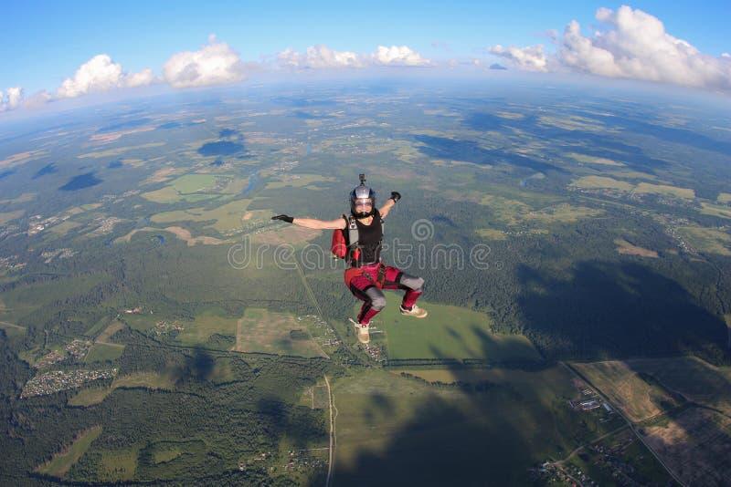 skydiving Szczęśliwa dziewczyna spada w niebie zdjęcia royalty free