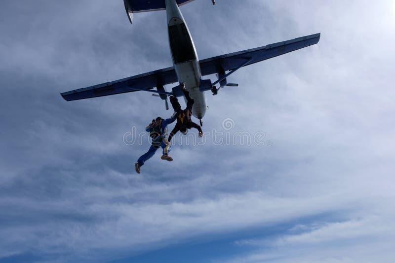 skydiving Tv? skydivers ?r flyingin himlen arkivbild