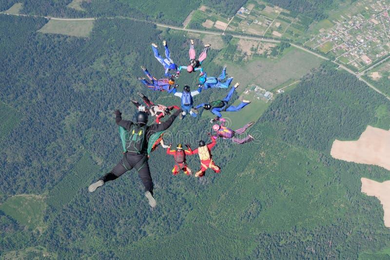 skydiving Um operador cinematogr?fico faz a foto e o v?deo sobre skydivers de queda livres fotografia de stock