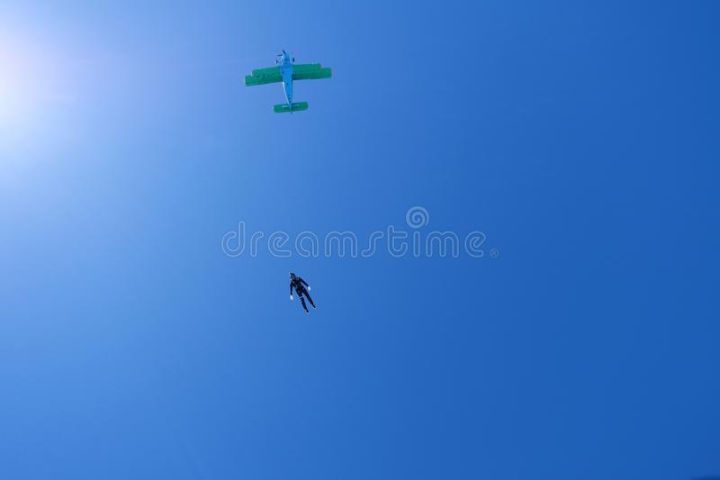 skydiving Um sihouette do skydiver est? no c?u nebuloso imagem de stock royalty free