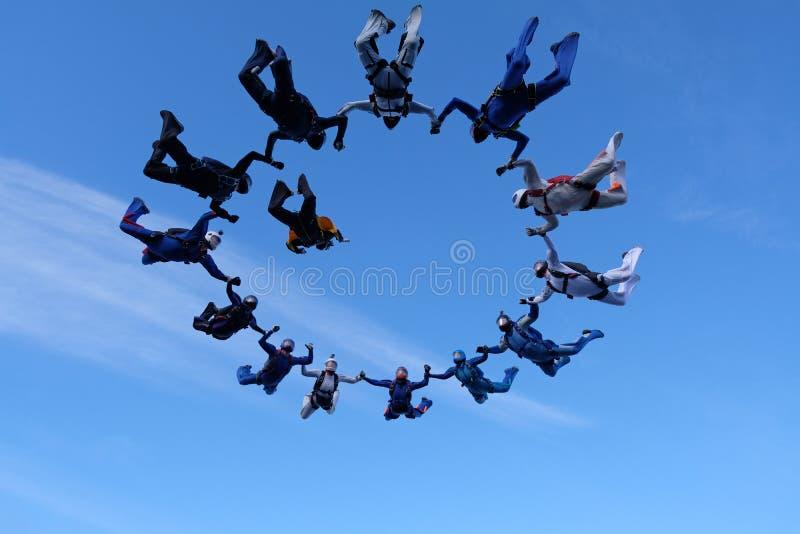 skydiving Um skydiver está no céu nebuloso fotografia de stock