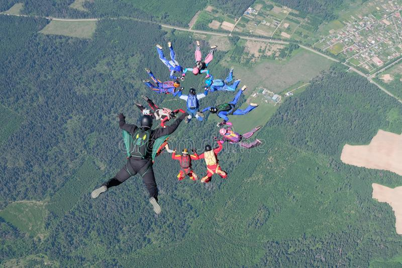 skydiving Un cameraman hace la foto y el v?deo sobre skydivers que caen libres fotografía de archivo