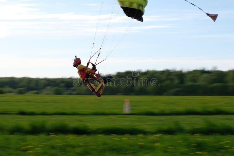skydiving Un parachute est dans le ciel image libre de droits