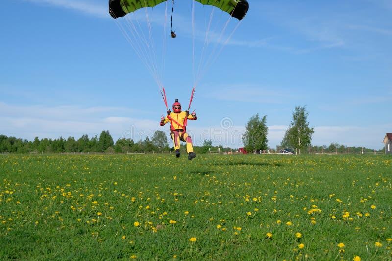 skydiving Un parachute est dans le ciel images libres de droits