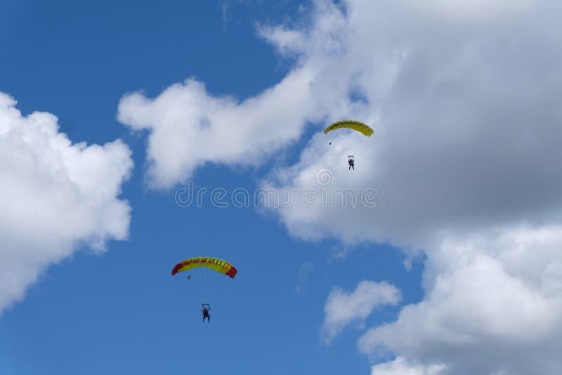 skydiving Zwei Fallschirme sind im blauen Himmel stockbild