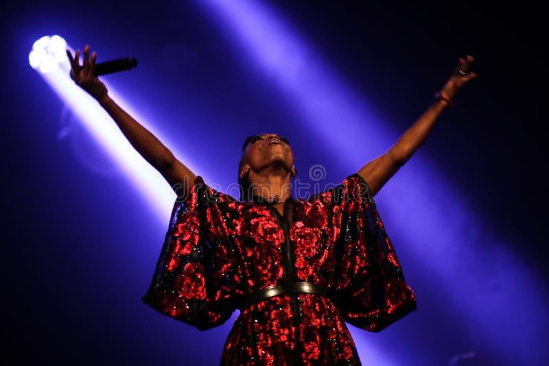Skye Edwards hermoso que canta vive en etapa en club nocturno imagen de archivo libre de regalías