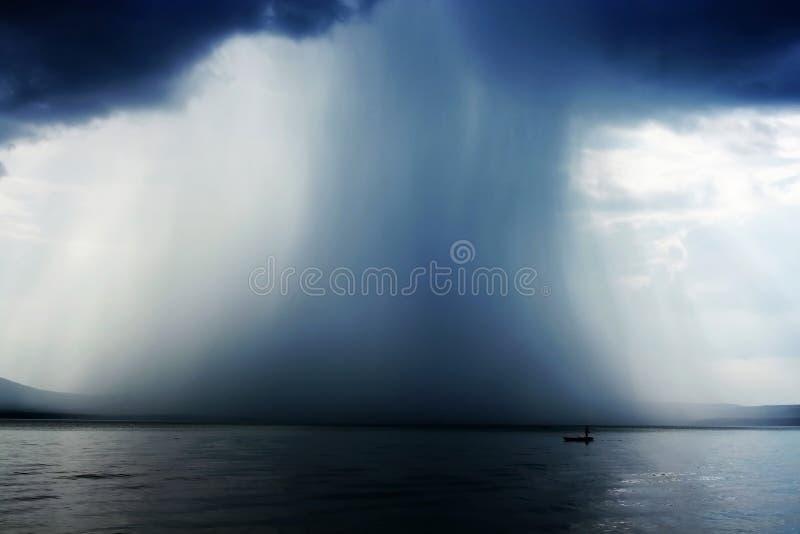 skyfallthunderstorm arkivfoton