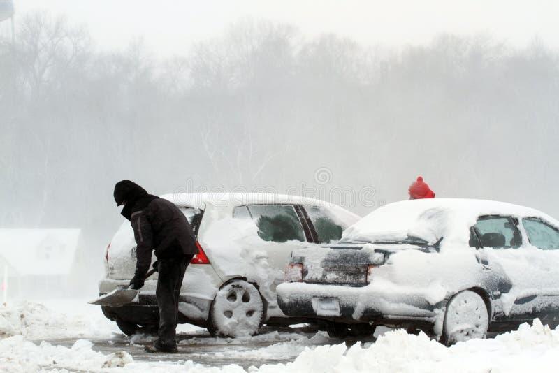 Skyffelhäftig snöstormsnow från bilen royaltyfri bild