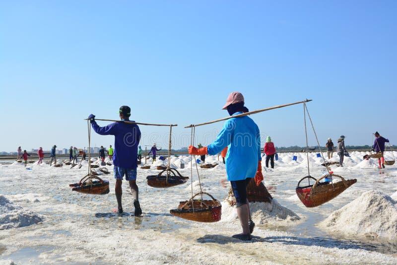 Skyffla för arbetare som är salt på den salta pannan på Thailand royaltyfria bilder