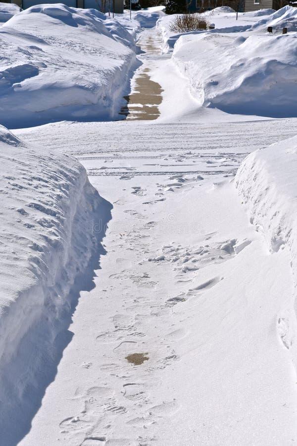 Skyfflad trottoar i vintern fotografering för bildbyråer