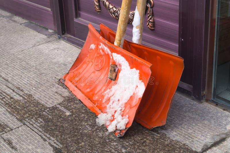 Skyfflar för snöborttagning royaltyfria foton